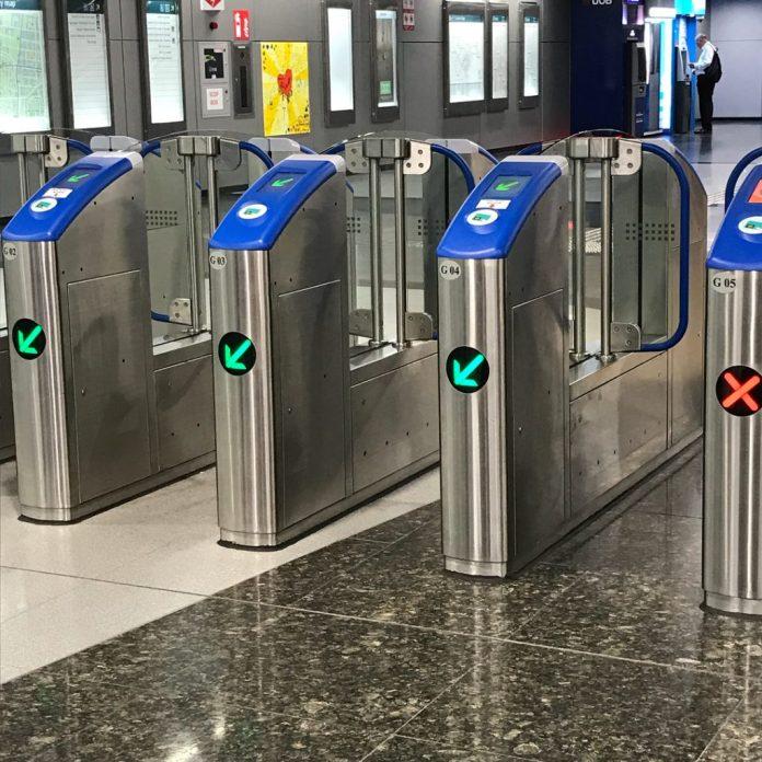 Cái cổng quẹt thẻ bên Singapore
