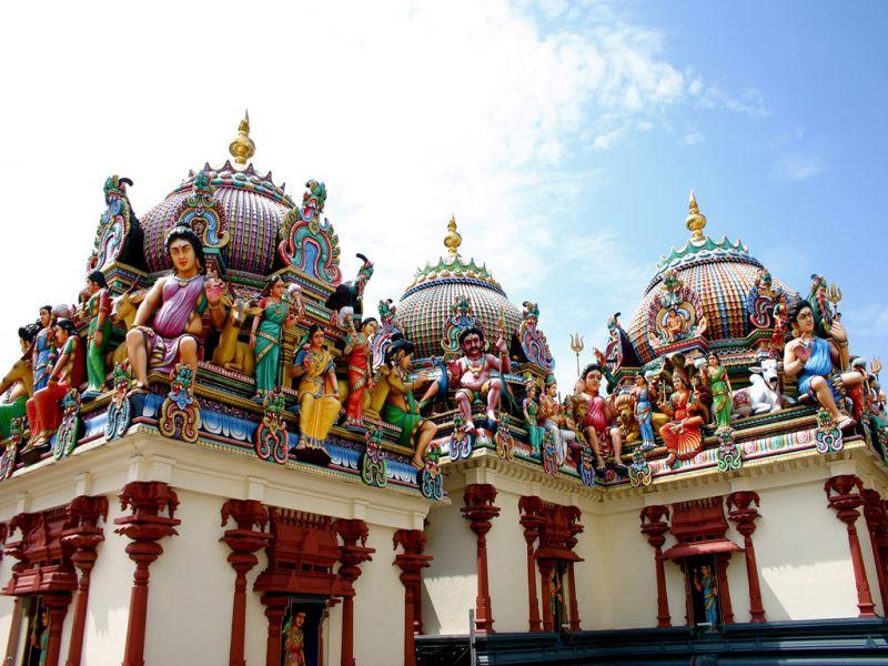 Đền được thiết kế rất ấn tượng, với các bức tượng điêu khắc về những vị thần và con vật trong huyền thoại ở trên nóc.